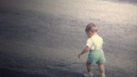 (vintage de 8m m) 1966 funcionamientos del niño enojados, ahorrado por la hermana del niño metrajes