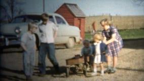 (vintage de 8m m) 1952 niños de la granja que tiran del carro Iowa, los E.E.U.U. almacen de metraje de vídeo