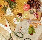 Vintage de madeira do cartão de Natal com presentes feitos a mão Imagens de Stock