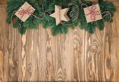 Vintage de madera del fondo de las cajas de regalo de las ramas de árbol de navidad Imagenes de archivo