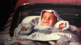(vintage de 8mm) bébé 1966 dormant sur le tronc de la voiture banque de vidéos