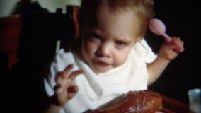 (vintage de 8mm) bébé 1952 mangeant la jambe de Turquie banque de vidéos