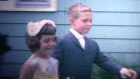 (vintage de 8mm) 1966 crianças acima vestidas que vão à igreja video estoque