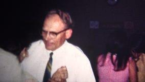 (vintage de 8mm) danse de rotation de 1967 personnes âgées au mariage banque de vidéos