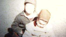 (vintage de 8mm) 1957 enfants avec amour fraternel banque de vidéos