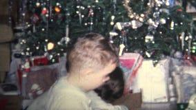 (vintage de 8mm) 1964 enfants jouant des présents de matin de Noël banque de vidéos