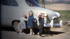 (vintage de 8mm) 1952 enfants jouant la voiture de classique de bleus layette L'Iowa, Etats-Unis banque de vidéos