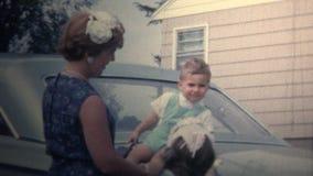 (vintage de 8mm) famille 1966 s'asseyant sur le tronc de la voiture banque de vidéos