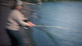 (vintage de 8mm) 1968 femmes attrapant le long rivage de Polonais de poissons banque de vidéos