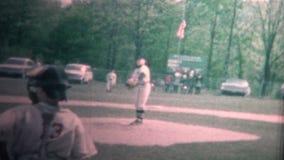 (vintage de 8mm) garçon 1965 jouant le tangage de base-ball d'équipe de minimes banque de vidéos