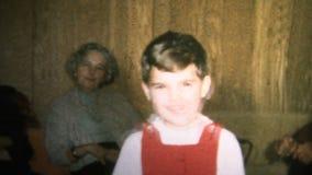 (vintage de 8mm) garçon 1965 mignon tirant Toy Gun At Camera clips vidéos