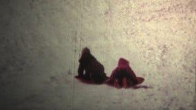 (vintage de 8mm) hiver de 1965 enfants Sledding en bas de la colline clips vidéos