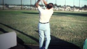 (vintage de 8mm) homme 1971 au champ d'exercice clips vidéos
