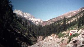 (vintage de 8mm) Jeep Mountain Driving 1966 banque de vidéos
