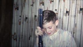 (vintage de 8mm) l'enfant 1965 obtient l'arme à feu de BB pour Noël banque de vidéos
