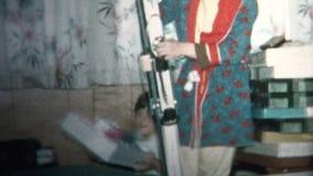 (vintage de 8mm) le garçon 1965 obtient des skis pour le cadeau de Noël banque de vidéos
