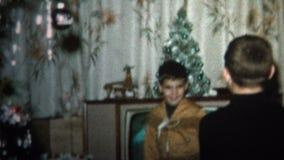 (vintage de 8mm) le garçon 1965 obtient le costume indien pour le cadeau de Noël clips vidéos
