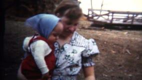 (vintage de 8mm) mère 1952 de l'Iowa présentant le bébé au Hatchling de poulet clips vidéos