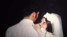 (vintage de 8mm) marié 1967 de jeune mariée Dancing At Wedding banque de vidéos