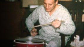 (vintage de 8mm) papa 1965 et fils jouant de tambours le matin de Noël ensemble banque de vidéos