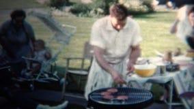 (vintage de 8mm) papa 1954 faisant des hamburgers pour le déjeuner L'Iowa, Etats-Unis banque de vidéos