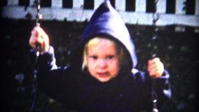 (vintage de 8mm) petite fille sur l'oscillation banque de vidéos