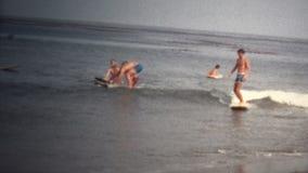 (vintage de 8mm) 1968 surfer de plage de la Californie banque de vidéos