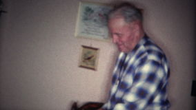 (vintage de 8mm) vieil homme ne regardant jamais l'appareil-photo banque de vidéos
