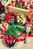 Vintage de oro y rojo de las chucherías de la decoración del árbol de navidad entonado Imagenes de archivo