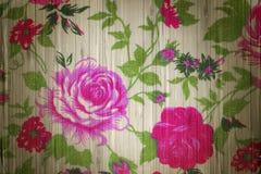 Vintage de rose de rose de tissu sur en bois Image libre de droits