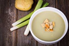 Vintage de soupe de poireau et aux pommes de terre Images stock