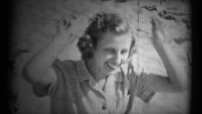(vintage des années 1950 8mm) Madame à la plage banque de vidéos