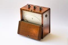 Vintage do voltímetro com tampa de madeira ilustração royalty free
