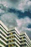 Vintage dourado do minimalismo moderno do céu de Art Skycraper Hamburg foto de stock royalty free