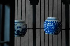 Vintage e gaiola de pássaro de madeira velha com copos da água Imagens de Stock