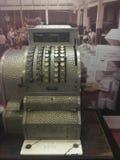 Vintage e máquina velha da caixa registadora da forma fotografia de stock royalty free