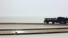 Vintage Electric Train Running modèle sur les rails banque de vidéos