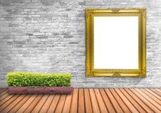 Vintage en blanco del marco en un muro de cemento con el pote del árbol en el flo de madera Foto de archivo