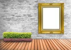 Vintage en blanco grande del marco en un muro de cemento con el pote del árbol en la madera Fotos de archivo libres de regalías