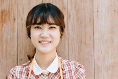 Vintage feliz adolescente joven de la sonrisa de la cabeza del primer del inconformista de la muchacha asiática Fotos de archivo