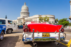 Vintage Ford cerca del capitolio en La Habana Imágenes de archivo libres de regalías