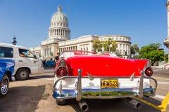 Vintage Ford perto do Capitólio em Havana Imagens de Stock Royalty Free