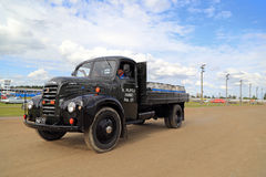 Vintage Ford Thames Pick Up Truck y mantequeras de leche Fotos de archivo libres de regalías