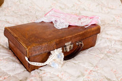 Vintage garter en suitcase Stock Photography