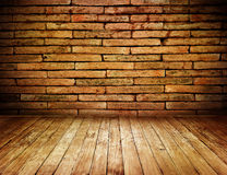 Vintage interior do grunge da sala com a parede de tijolo vermelho e o assoalho da madeira Fotografia de Stock