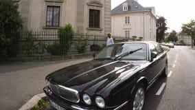 Vintage Jaguar XJ com a mulher francesa elegante na rua filme
