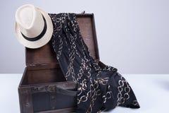 Vintage Koffer gepackt für eine Sommerreise Stock Photos