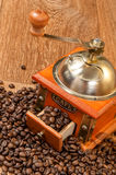 Vintage manual coffee grinder with beans Royalty Free Stock Photos