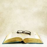 Vintage open book and classic eyeglasses Royalty Free Stock Photos