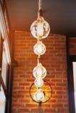 Vintage ou lâmpada retro na parede velha na casa, sentindo romântica na casa velha com luz retro, equipamento de iluminação na ca Imagem de Stock Royalty Free